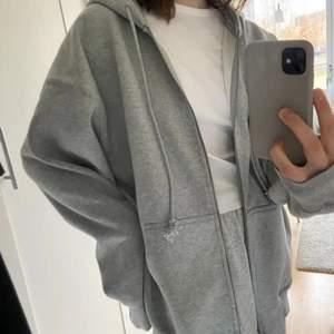 Säljer vidare detta plickfynd. Populär hoodie från Brandy Melville! Helt oanvänd med lappen kvar.