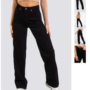 köpte dessa jeansen i fel storlek och säljer därför, har de både i svart och blått 💙 båda jeansen är i strl 34, nypris: 559, säljer för 100kr/styck+frakt! (kan köpas separat)