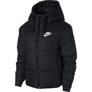 Säljer min vinterjacka från Nike, fint skick. Går även att vända ut och in om man vill! Storlek S men skulle passa XS-M, 500kr +frakt🥰 pris går att diskutera