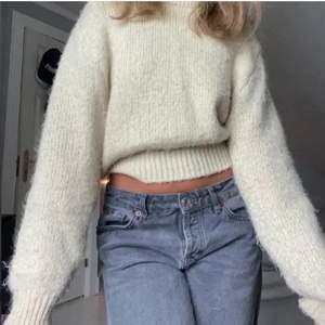 (Första bilden är lånad) säljer nu min älskade beige stickade tröja lik den på första bilden. Storlek S från mango🥰 buda