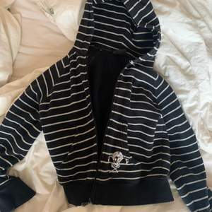 Säljer denna super härliga randiga hoodie med en Pippi döskalle på. Köptes secondhand, men är sparsamt använd och i mycket bra skick. Används tyvärr inte. Passar flera storlekar. Hör av er!!