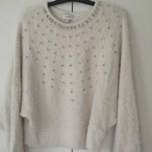 Skön tröja med fina detaljer till hösten 🍁  Finns att hämta i Duvbo, Sundbyberg. Eller via spårbart paket till ombud för 66:-