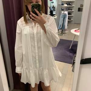 Super fin skjortklänning från Custommade. Köpt på NK i Stockholm sommaren 2020, men använd endast en gång. Nypris 1 500kr. Passar jätte fint till skolavslutning, student, midsommar eller till vardags. 💗