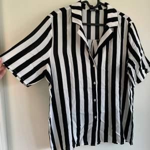 En helt ny randig kortärmad skjorta från Gina Tricot för ca 1 år sen. Aldrig använd, endast testad. Storlek 40 och har tunt material som passar perfekt på sommaren
