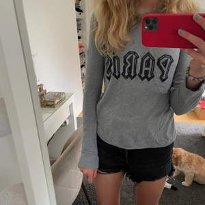 Jättesnygg zadig tröja 😻😻💕💕👌🏽👌🏽Så fin men använder andra tröjor mer! Fint skick, jag har knappt använt den!😙 Mjuk & gosig😊