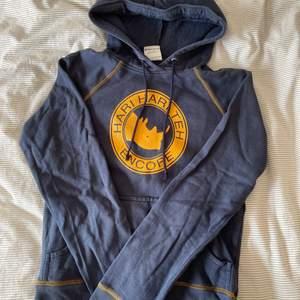 Fin mörkblå hoodie med gulligt noshörnings tryck! Flitigt använd men fortfarande väldigt fint skick! Säljer då den blivit för liten! Vintage och perfekt till sommarkvällar😍 Storleken står inte men kan tänka mig att den är XS eller S! Kan skicka fler bilder