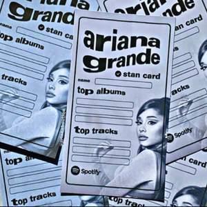 Inkluderar = ett Ariana Grande stan card                                  I lager = 6 i lager                                                                         Om = Jätta fin Ariana stan kort, perfekt för din Ariana Grande collection