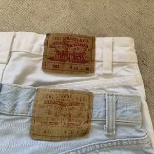 Så coola 501 shorts som jag fått av min mormor. Jag har klippt de så de är lite ojämna, men man får klippa till de om man köper de. De vita har lite fläckar som jag kan fösöka få bort (bilder kan skickas) små i storleken så de passar typ w26