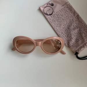 Oanvända K. Cobler solglasögon från Scorett i färgen peach rosa. Solglasögonen är riktigt coola men jag har inte fått användning av dem.