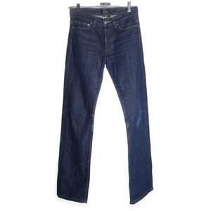 Säljer dessa superfina jeansen, de är rak passform och lågmidjade. Köpta secondhand men i superbra skick! Säljer pga försmå. Bra längd på mig som är 165:)