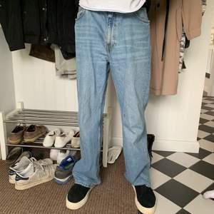 Riktigt snygga och trendiga wide damjeans från Monki. Personen på bilden är 180 lång, midjan är normalstorlek. Dessa jeans passar även bra på killar.