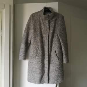 En fin kappa från Isolde i ull-liknande material. Foder på insidan. Från Isolde i storlek 36. Knäpps med både dragkedja och knappar. Tyvärr saknas en knapp som ses på bild 3. 30 % ull och 70 % polyester. Kan hämtas i Linköping eller skickas. Frakt betalas av köpare och allt betalas med Swish.