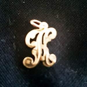 Fint hänge i äkta 18 k guld stämplat 750, mycket fint skick. Lång 23 cm
