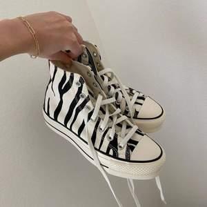 Converse med zebra tryck som jag köpt här på plick men som inte kommit till användning! Stl 37 🧚🏼♀️  Säljer endast vid bra bud! <3