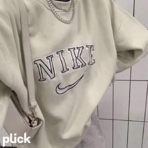 Söker denna Nike sweatshirt till ett bra pris i storlek XS/S. Kontakta mig privat om du säljer. Kan tänka mig att betala ca 150-200 kr.
