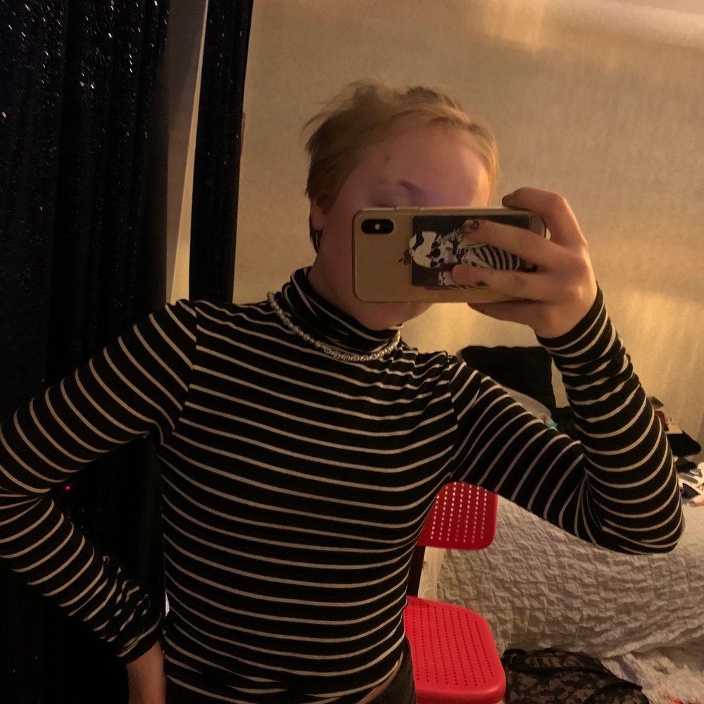 En randig polo tröja svart/vit väldigt bekväm men kommer inte till användning längre. Blusar.