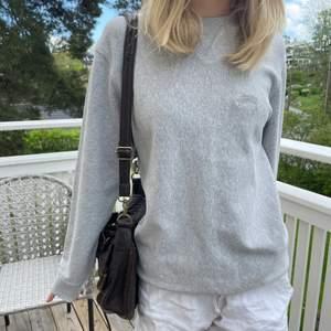 Säljer den perfekta gråa sweatshirten! Den är ifrån Stussy och köpt i New york! Storlek S och är grå med grått märke!