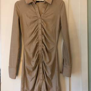 Säljer denna fina klänning endast testad. Den är från bikbok, prislapp finns kvar. Storlek XS. Köpt för 399. Säljer för 300.