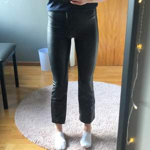 Supersnygga skinnbyxor från Zara i kort modell. Jag är ca 166cm