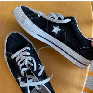 Säljer dessa skor då de inte längre kommer till någon användning. Storlek 35 men passar mig som har 36. Frakt tillkommer om de ska skickas. Inte mina bilder så kontakta mig om ni vill ha bättre bild!