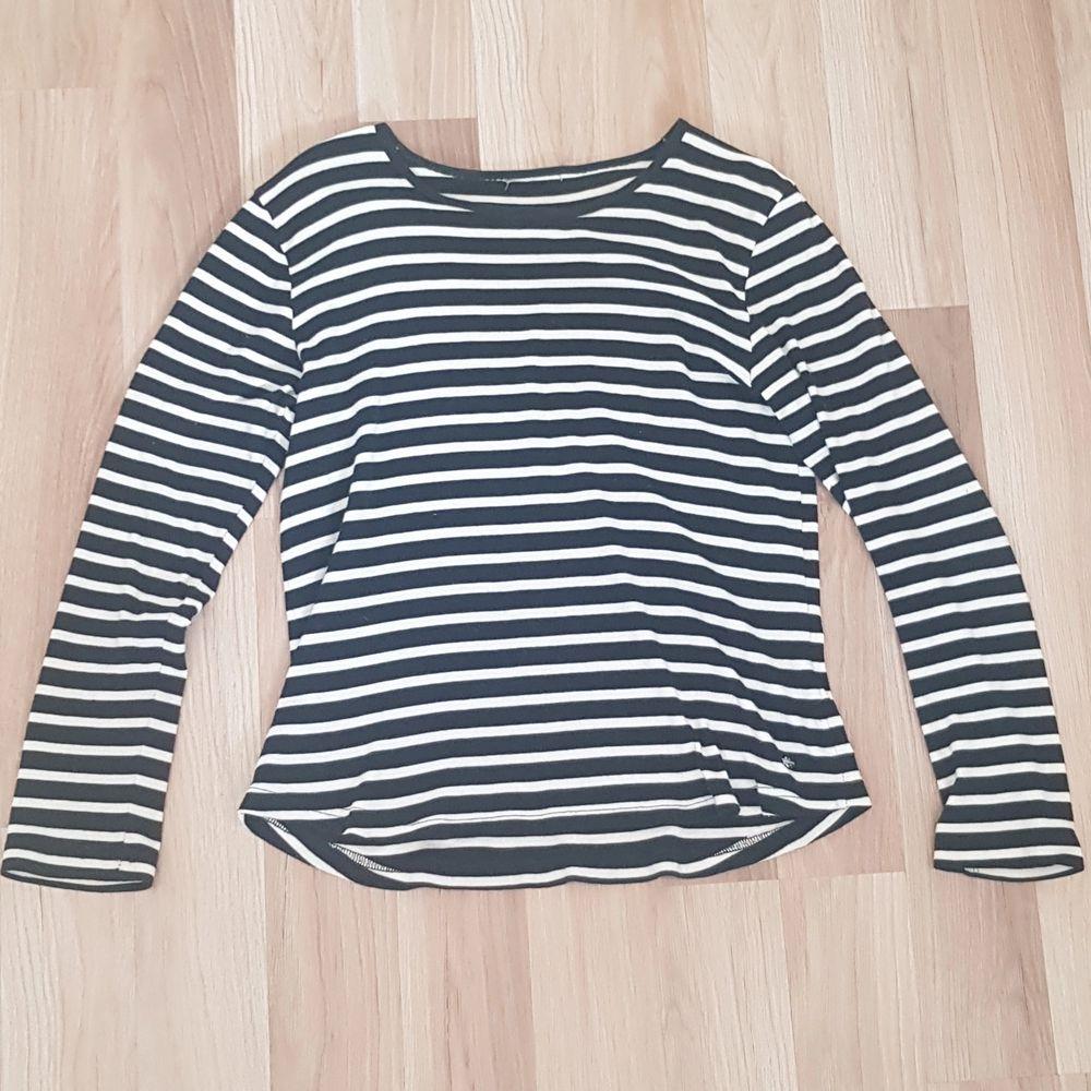 En jätte fin randig tröja som kan va snygg att ha under exempelvis en t-shirt eller bara ha den som den är!! Knappt använd och är i ett fint skick💗 Köparen står för frakten!. Tröjor & Koftor.