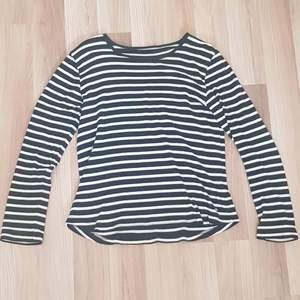 En jätte fin randig tröja som kan va snygg att ha under exempelvis en t-shirt eller bara ha den som den är!! Knappt använd och är i ett fint skick💗 Köparen står för frakten!