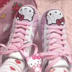 Hello kitty skor som är ganska platta och låga.  Kom privat fler frågor eller fler bilder.