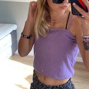 As snyggt linne som är i färgen lila, väldigt unik färg! Skit snygg tycker jag, säljer den pga att den är lite för stor och inte kommit till användning. I storlek XS, buda från bara 32 kr! Köparen står för frakten💜⚡️