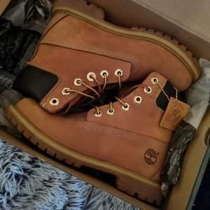Säljer mina oanvända timberland skor stl6 (Storlek 6 motsvarar 36 till 36,5) med original-kartong och tags kvar. Nypris: 1899:-