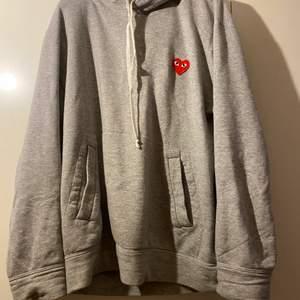 En grå cdg hoodie använd 2 gånger och är köpt på nk. Jag har tyvärr inte kvitto. Storleken är large men de är väldigt små i storlekarna så om man har s-m så passar den perfekt!