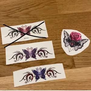 Super snygga fake tatueringar, kan vara i en vecka eller mer beroende på om man duschar och skrubbar den varje dag 💕 Första bilden kostar 10 kr/styck plus frakt. Andra bilden kostar 15 kr/styck + frakt och tredje bilden kostar 20 kr/styck+frakt.