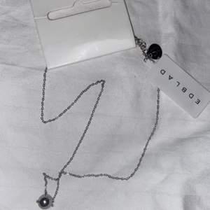 Säljer detta fina och oanvända halsband i rostfritt stål från Edblad! Använder inte silver därav säljer jag det🤍 Nypris: 249
