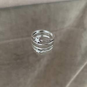 En ring med en stjärna. I färgen silver. Frakt på 12 kr tillkommer, men köper du 3 stycken eller fler är frakten gratis. Hör av er vid intresse eller om ni vill ha fler bilder! 💕
