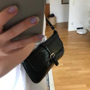 Säljer denna jättefina trendiga handväska på grund av att jag använder andra just nu. Den är i nyskick och perfekt att ha över axeln. Kan posta samma dag och köparen står för frakten! 💕