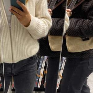 INTRESSESKOLL! På denna fina och trendiga typ lite krämvita zip up stickade tröja från & Other stories. Toppskick endast använd ett fåtal gånger! Storlek M men sitter snyggt lite oversized på mig som vanligtvis har XS-S och är 168cm. Säljer vid ett bra bud alltså inte under 500 (nypris runt 1000kr och tröjan går inte att köpa i butik längre). Första bilden är lånad💗 Står inte för frakt! Direktpris 800kr💗