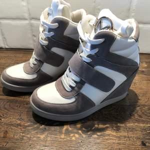 Helt nya skor med kilklack skick enligt bilder. Stl 38. Kan skicka fler bilder