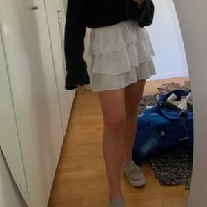 Fin kjol från h&m barnavdelningen, storlek 152 passar bra på en xs❤️ budgivning vid fler intresserade, bud på 320