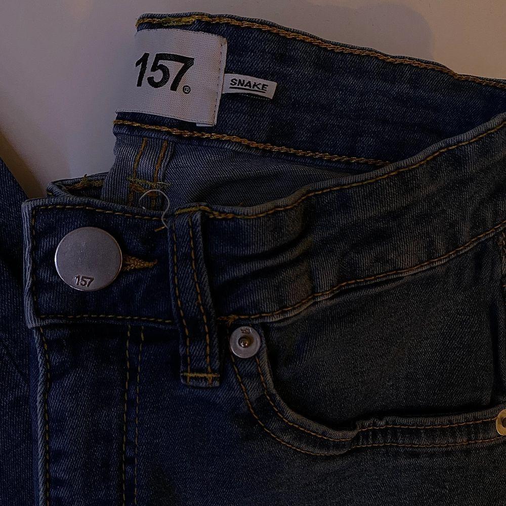 Blåa högmidjade, tighta jeans i bra skick. Bara att skriva vid intresse, frågor eller önskan om fler bilder. Endast post och Swish!. Jeans & Byxor.
