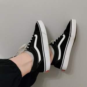 Använda men i väldigt bra skick. Älskar dem men mina fötter gillar inte modellen. Så det är inget fel med dem. Köpta för 800kr
