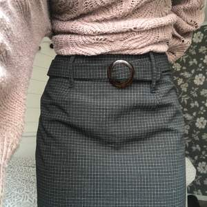 Jättesnygg rutig kjol med ett skärp som detalj. Använd ett fåtal gånger så är i fint skick! Går till mitten av låren på mig och är ungefär 165cm lång. Kom dm vid fler bilder, info eller intresse. 💗 100kr eller högstbjudande ✨
