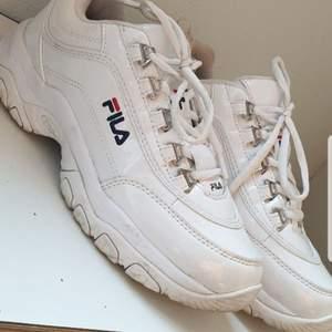 Jag säljer mina Fila skor pga av att dom inte kommer till användning. Storlek 39 använda fåtal gånger fint skick kan postas. Frakten ingår inte. Priset kan diskuteras vid snabb affär