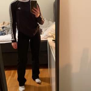 Långärmad tröja från adidas. Köpt för 400kr säljer för 100kr +frakt.