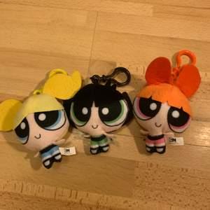 Säljer dessa super söta powerpuff girls/powerpuffpringlorna accessoarerna som går att hänga på väska eller nycklar. Kan säljas individuellt 💚💗💙 70 för alla, eller 40 individuellt