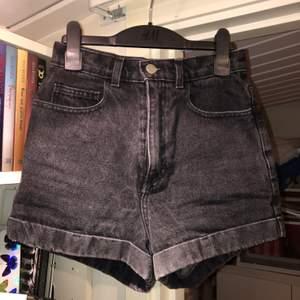 Ett par högmidjade svarta stone washed jeansshorts från American Apparel i storlek W26. Väldigt flattering runt midja och rumpa. Har ett litet hål vid gylfen som antagligen går att sy men som inte annars syns vid användning. 50kr + frakt 🌚