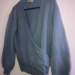 Ljusblå stickad tröja från NAKD. Storlek XXS men passar lika bra en storlek XS!! Köpare står för frakten