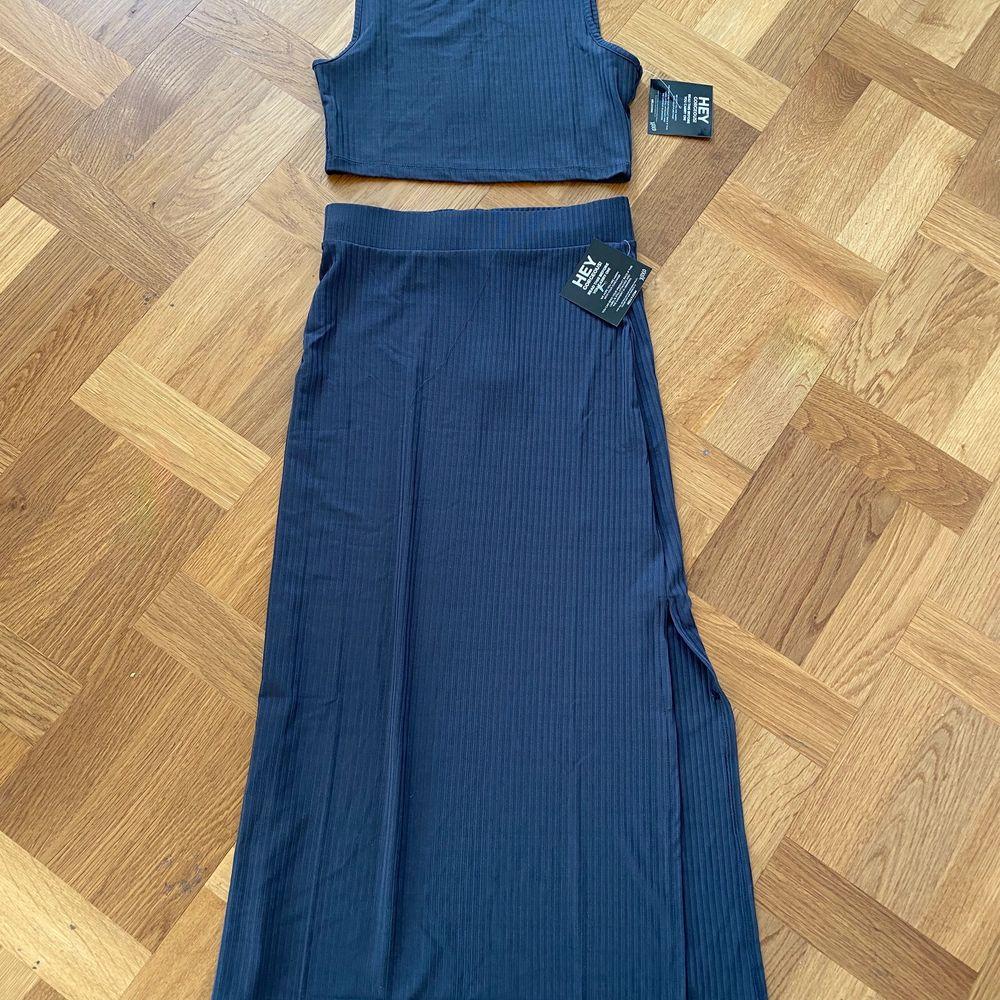 Säljer ett fint set med kjol i storlek S, endast testad. Dock ser den lite blå ut på bilden men den är mer grå/blå.. Kjolar.
