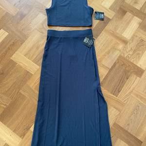 Säljer ett fint set med kjol i storlek S, endast testad. Dock ser den lite blå ut på bilden men den är mer grå/blå.