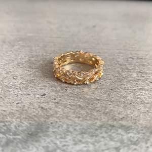 Jättefin guld-ring med små diamanter som aldrig är använd, inte äkta guld eller diamanter. Tror inte den tål vatten men om man målar på ett lager genomskinlig nagellack håller den betydligt längre 😋 GRATIS frakt