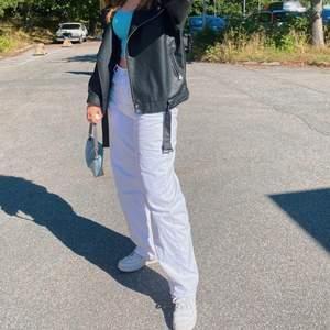 Säljer mina älskade vita zara jeans då dom tyvärr blivit förstora. Jättefint skick använda under drygt en vår. Priset går att diskutera
