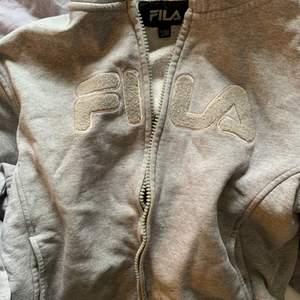 Snygg grå Fila zip up Hoodie köpt på second hand förra året💖 Säljer pga används inte. Bra skick!! Kan mötas eller skicka men då betalar du frakt💖